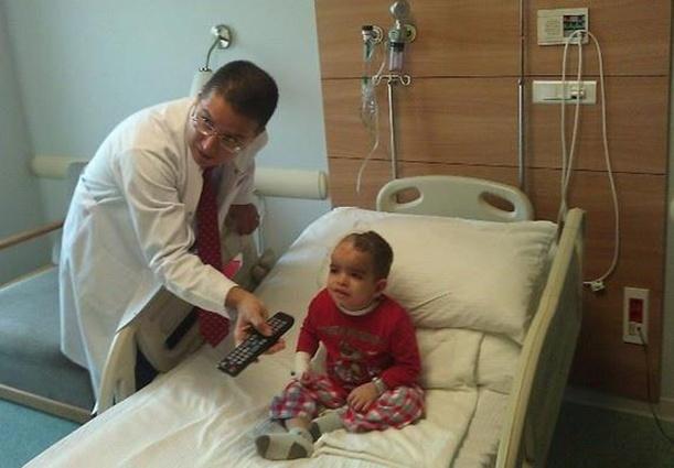 Dr. Memet Ozek i Faris nakon uspješno izvedene operacije