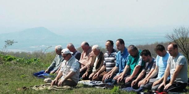 2012. godina: Manja grupa vjernika obavila podne namaz u džematu na Orliću nakon više od 60 godina